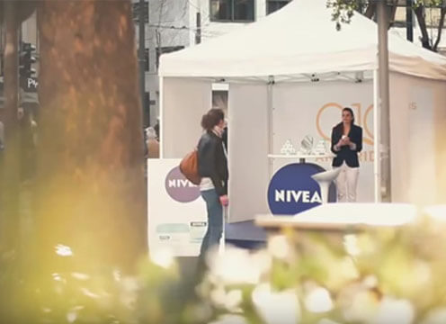 Esempio guerrilla marketing NIVEA